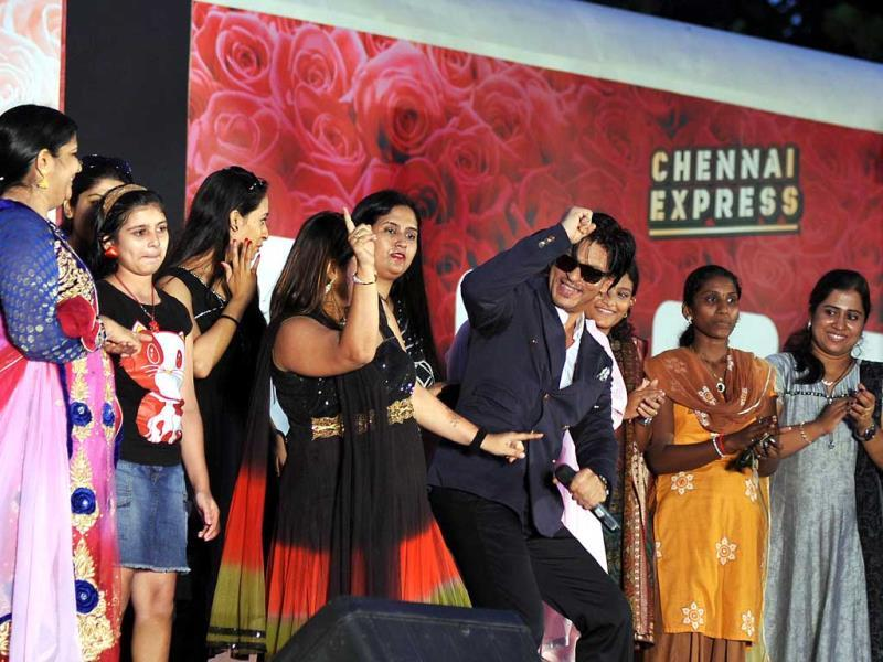 SRK shakes a leg with fans at the World TV premiere contest for Chennai Express.