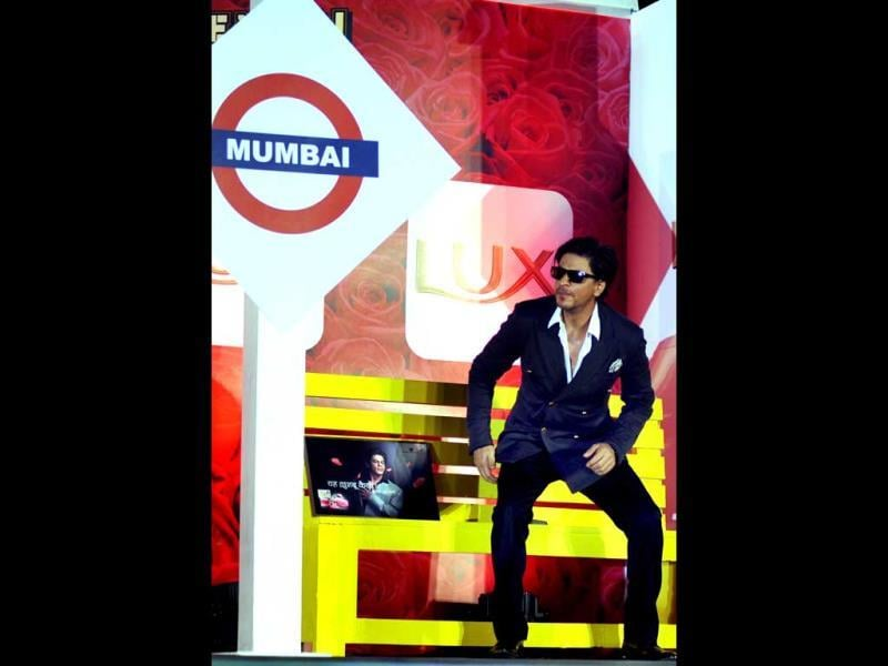 SRK waits symbolically for Chennai Express at a station set for the world TV premiere of the film.