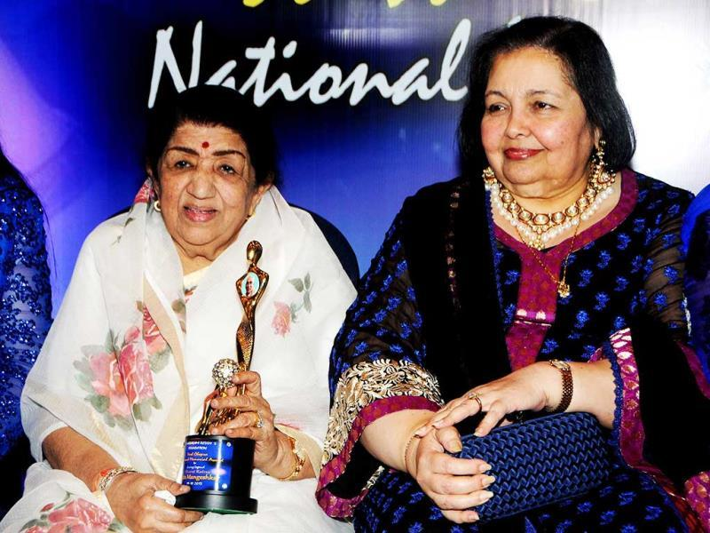 Legendary singer Lata Mangeshkar and Pamela Chopra attend the first 'Yash Chopra Memorial Awards' ceremony in Mumbai on October 19, 2013. (AFP Photo)