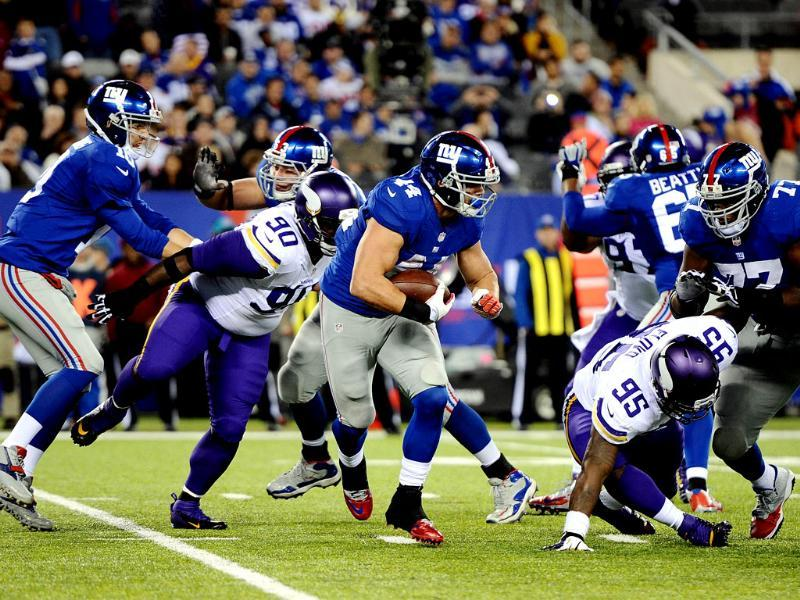 Running back Peyton Hillis of the New York Giants runs with the ball against the Minnesota Vikings during a game at MetLife Stadium in East Rutherford, New Jersey. (AFP Photo)