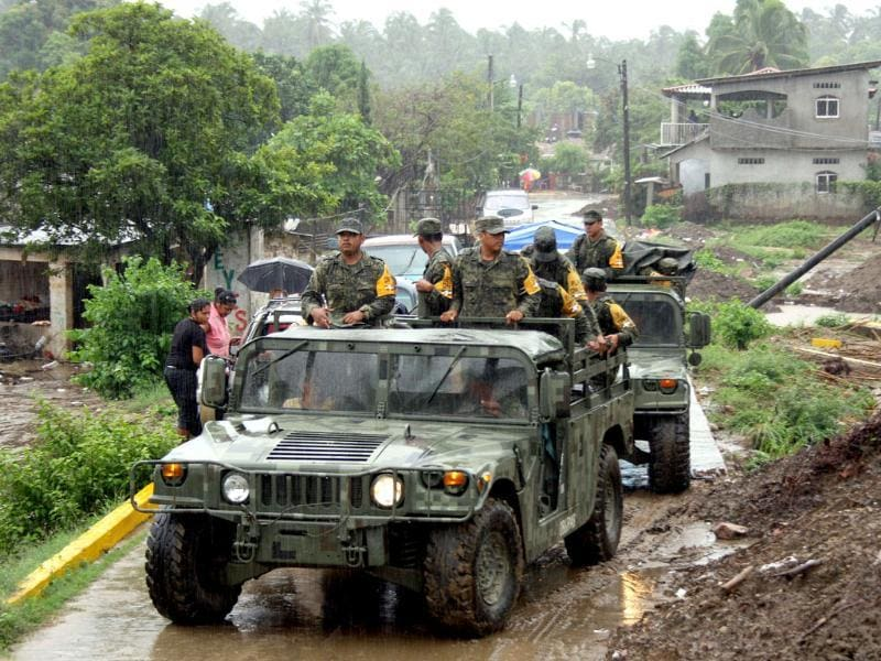Mexican soldiers help evacuate residents as Hurricane Raymond approaches, in Coyuca de Benitez in the state of Guerrero. (AFP Photo)