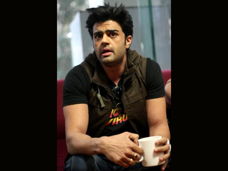 Manish Paul makes a point as he promotes his film Mickey Virus in HT House. (HT photo/Waseem Gashroo)