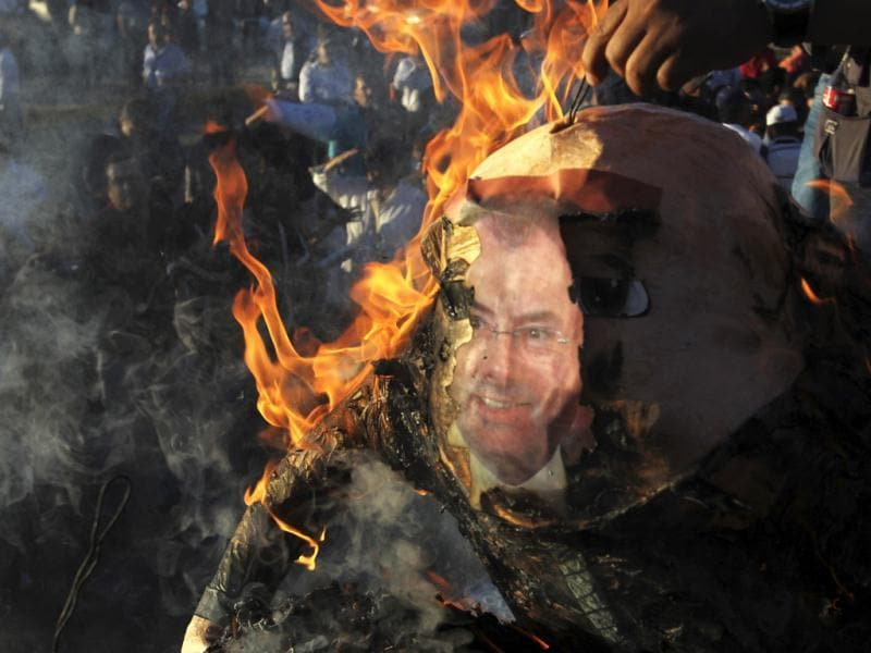 Demonstrators burn an effigy of Mexico's finance minister Luis Videgaray during a protest against the federal government's economic and tax reforms in Ciudad Juarez. (Reuters Photo)