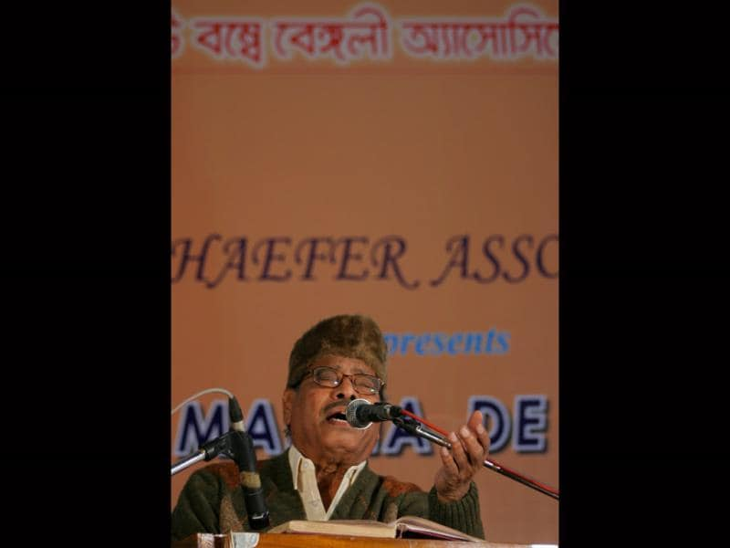 In 2005, Manna Dey received the Padma Bhushan. The singer performs at a function organised by Navi Mumbai Bengali Association in this file photo from 24 January 2007. (HT Photo)