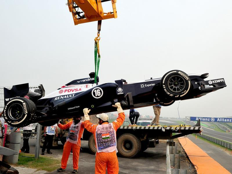 The Willam F1 Team car, which was being driven by Pastor Maldonado, is shifted to a trolly after it crashed during the practice session at the Buddh International circuit in Greater Noida. (Vipin Kumar/HT Photo)