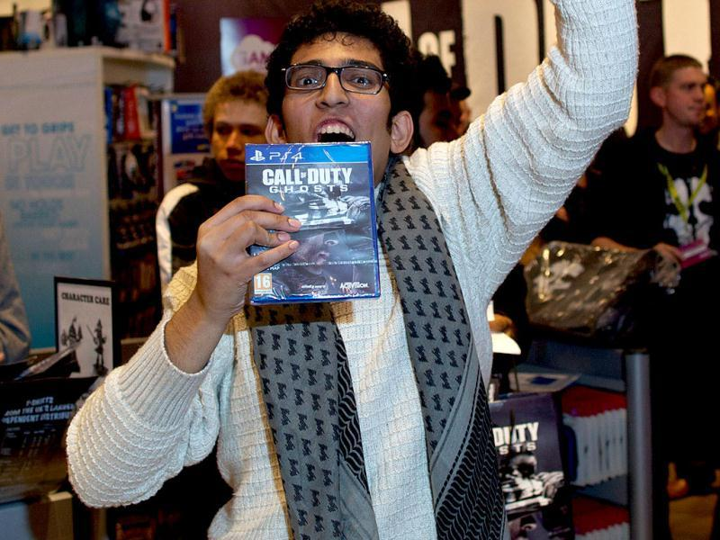 The first customer picks up his game of Call of Duty: Ghosts in a shopping centre in east London. (AFP Photo)