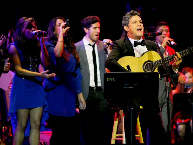 Musician Alejandro Sanz performs with Berklee College of Music students after receiving an honorary degree from the college in Boston, Massachusetts.(Reuters photo)