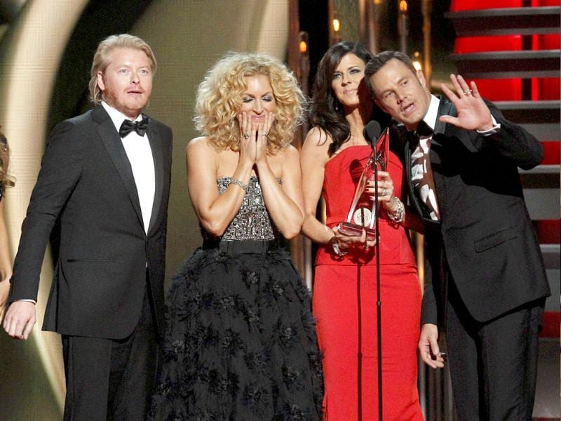 (L-R) Philip Sweet, Kimberly Schalpman, Karen Fairchild and Jimi West of Little Big Town accept the award for Vocal Group of the Year at the 47th Country Music Association Awards in Nashville, Tennessee. (Reuters photo)