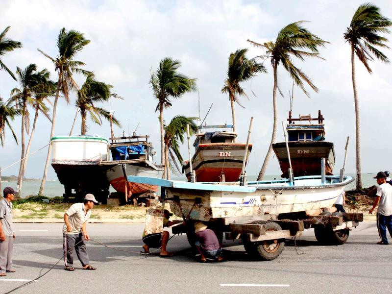 This picture taken on November 8, 2013 shows fishermen moving a fishing boat from from a beach as part of measures taken by local authorities in preparation for the arrival of the super typhoon Haiyan in the central city of Danang. (AFP photo)
