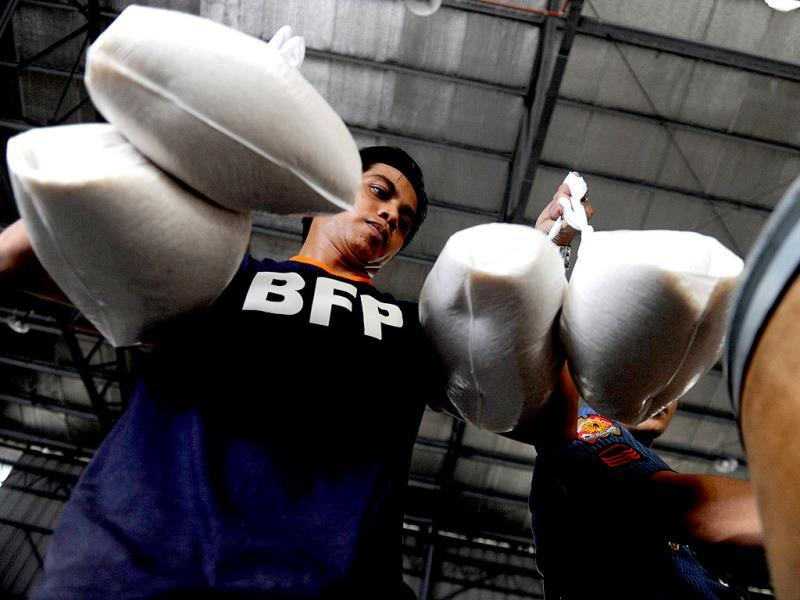 Volunteers repack rice at the Department of Social Welfare and Development (DSWD) in Manila, for victims of Super Typhoon Haiyan that smashed into coastal communities on November 8. (AFP photo)