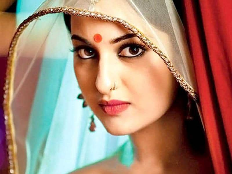 Sonakshi Sinha loves to experiment with his nose accessories. From Dabangg to Lootera, the actress has sported it in different ways.