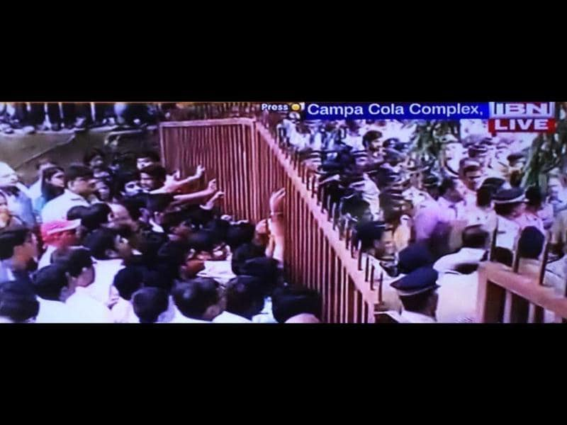 Mumbai's Campa Cola residents resist the civic body as they try to break in. (TV grab)
