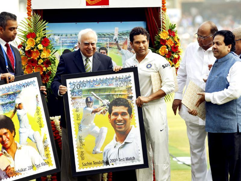 BCCI chief N Srinivasan, Union ministers Sharad Pawar, Kapil Sibbal and Milind Deora release the postal stamp honouring Sachin Tendulkar on his last Test match against West Indies at Wankhede Stadium. (Ajay Aggarwal/ HT photo)