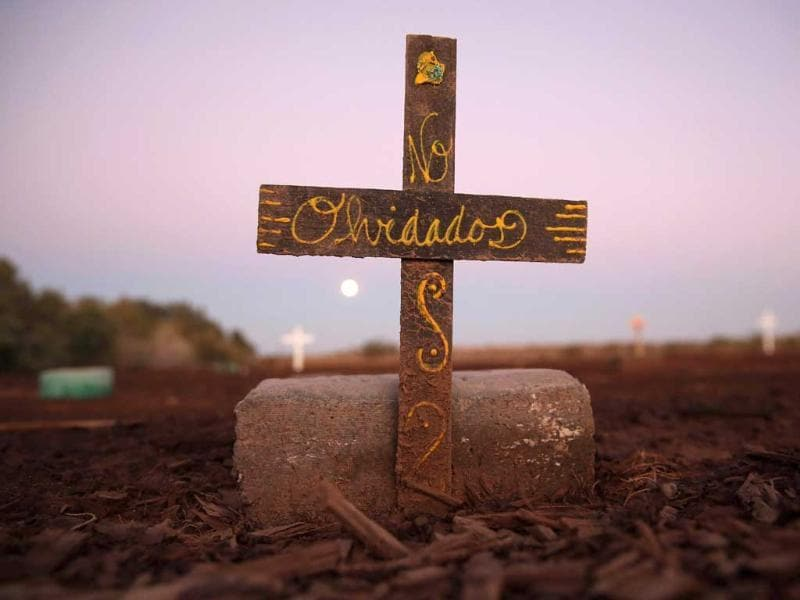 Crosses and 'John Doe' bricks mark the spot where the bodies of suspected undocumented immigrants lie buried in California. (AFP Photo)