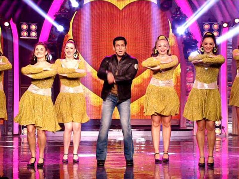 Salman Khan makes a grand entry on Weekend ka Wow Salman Ke Saath
