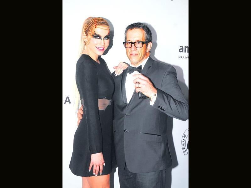 Ke$ha poses, ready to perform, with chairman Kenneth Cole.