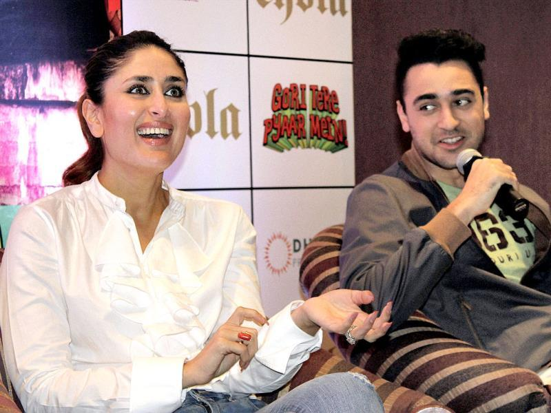 Kareena looks amused as she addresses a media conference with Imran Khan for her film Gori Tere Pyaar Mein.