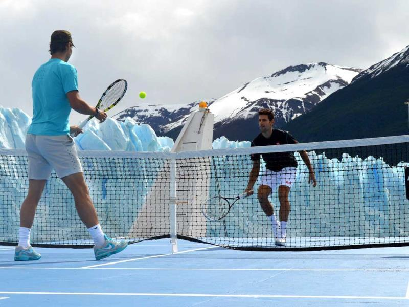 Handout picture released by the press office of the Argentine Tourism Ministry, showing tennis players Rafael Nadal of Spain (L) and Novak Djokovic of Serbia, playing tennis on a floating court close to the Perito Moreno glacier (background) near El Calafate, in the Patagonian province of Santa Cruz, some 2750 Km southwest of Buenos Aires, Argentina. (AFP photo)
