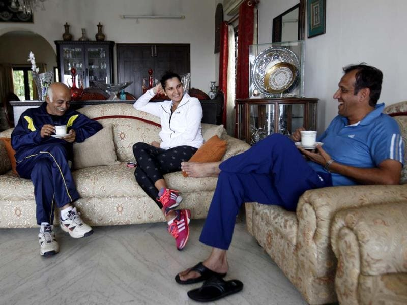 Sania Mirza having a quick chat in the company of her father and uncle in her house in Hyderabad. (Ajay Aggarwal /HT photo)