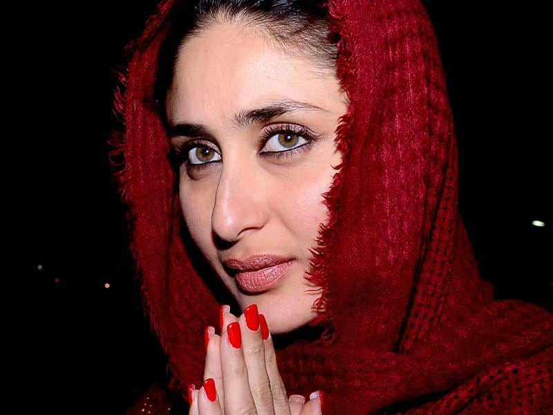 Kareena prays on her visit to the Golden Temple. (AFP Photo)