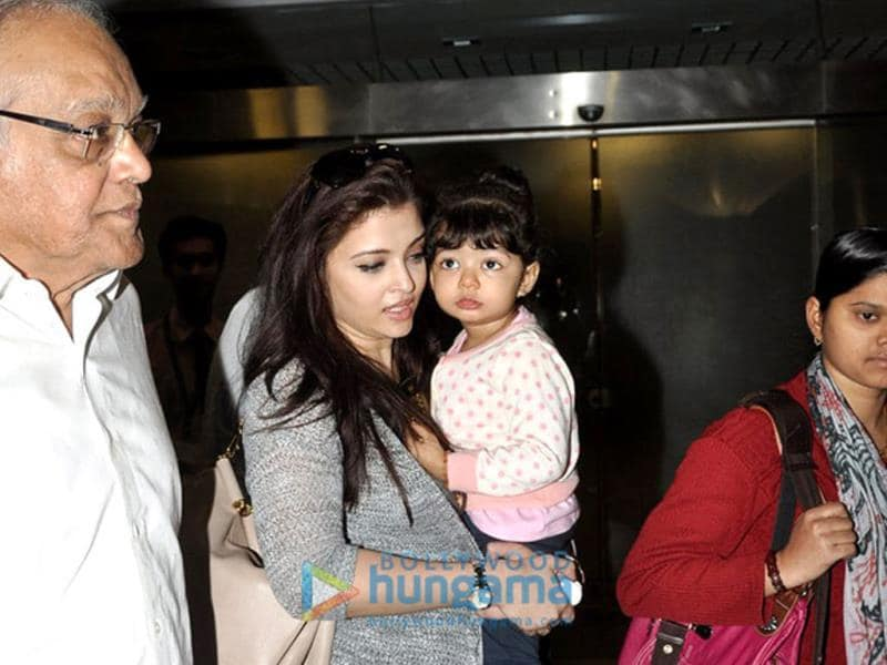 Mommy might be her world, but Aaradhya's eyes are fixed on her grandfather's face right now.