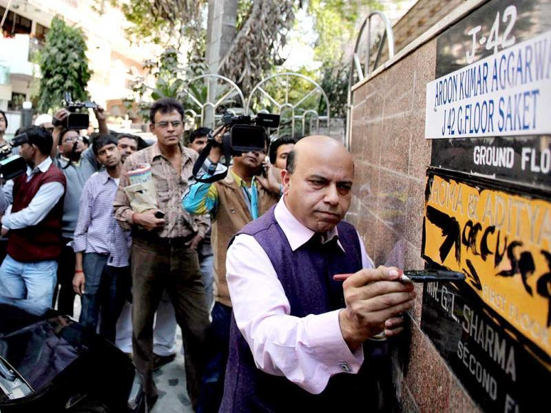 A protest by BJP workers saw the party's leader Vijay Jolly defacing the nameplate at the residence of Tehelka magazine's former managing editor, Shoma Chaudhury in New Delhi. (HT photo)