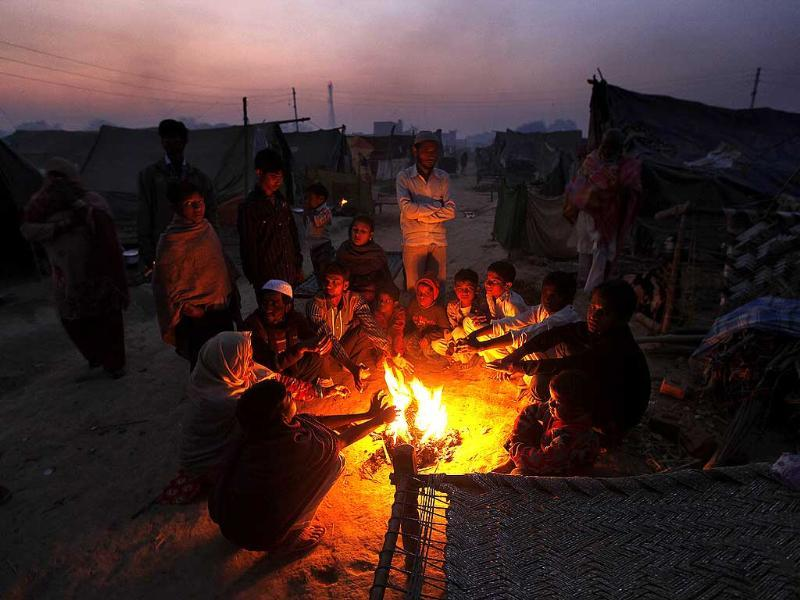 Riot victims living in the Loi camp, in Muzaffarnagar district of Uttar Pradesh, burning firewood to keep themselves warm. (Raj k Raj/ HT Photo)