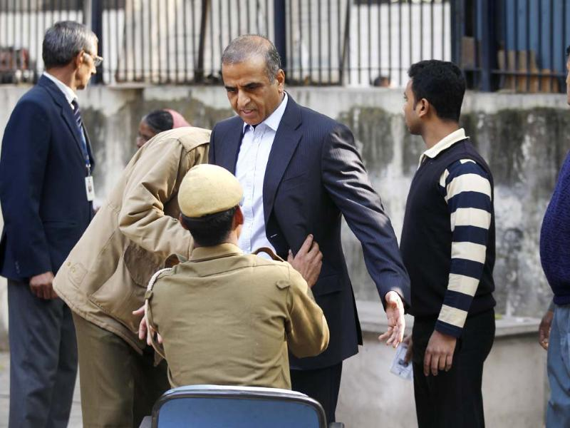 Sunil Bharti Mittal, chairman and group CEO of Bharti enterprises arrives to cast his vote at Aurangzeb Lane polling booth in New Delhi. (Ajay Aggarwal/ HT photo)