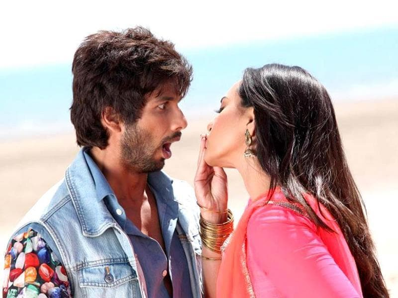 Sonakshi, who has worked with older stars like Salman Khan and Akshay Kumar has been cast against much younger Shahid. Together they certainly exude a unique chemistry on screen.