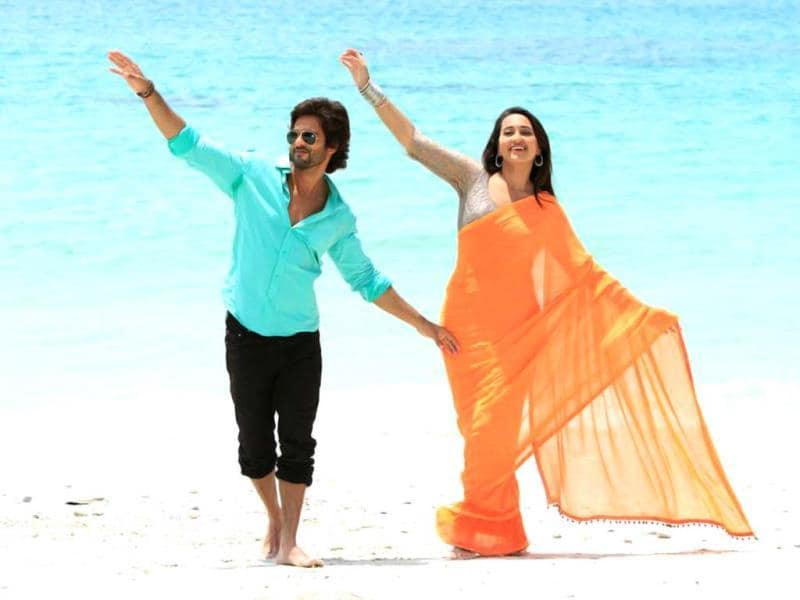 Rajkumar's (Shahid) life changes when he falls in love with Chanda (Sonakshi Sinha).
