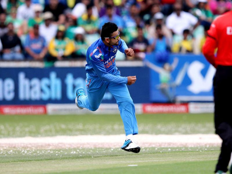 Virat Kohli fields a ball in sawdust during the 2nd ODI between India and South Africa at Kingsmead. (AFP Photo)