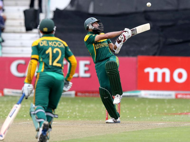 South Africa's Hashim Amla (R) bats during the 2nd ODI between South Africa and India at Kingsmead. (AFP Photo)