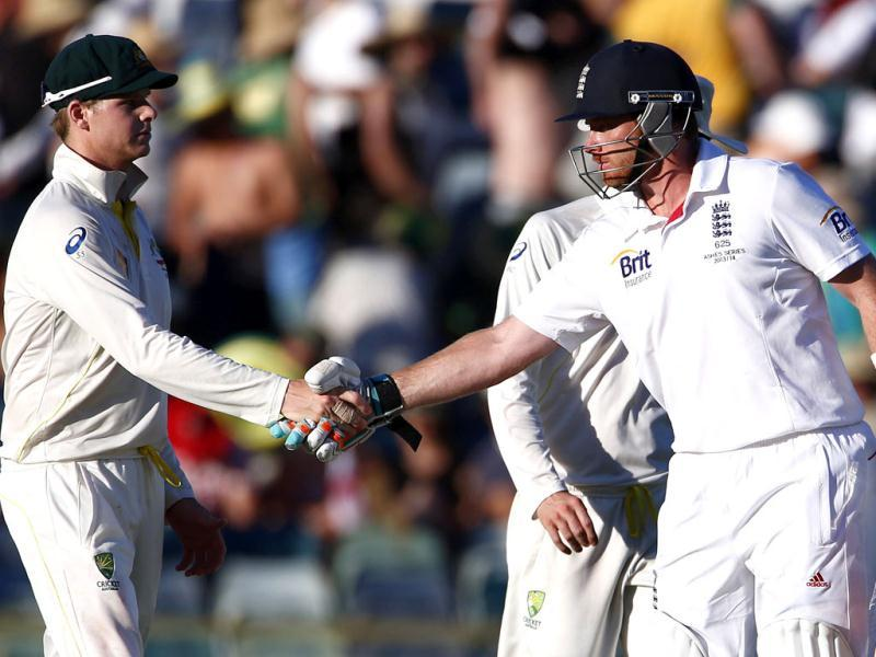 Australia's Steven Smith (L) shakes hands with England's Ian Bell at the end of the second day of the third Ashes Test at the WACA ground in Perth. (Reuters Photo)