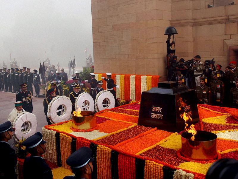 Defence minister AK Antony with three service chiefs paying homage to the martyrs at Amar Jawan Jyoti at India to mark the 'Vijay Divas' in New Delhi. (PTI)