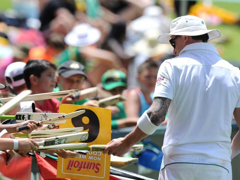 South Africa's Dale Steyn signs autographs while fielding on the 1st day of the first Test against India at the Wanderers Stadium in Johannesburg. (AFP Photo)