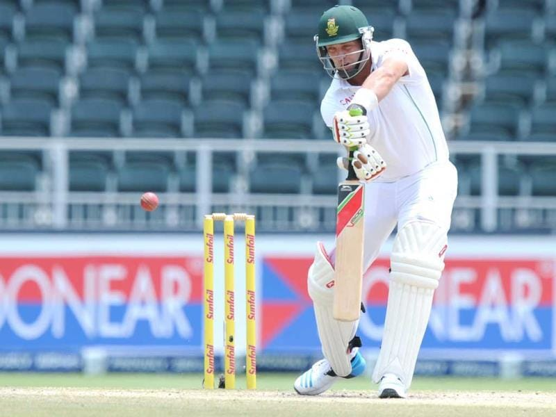 South Africa's Jacques Kallis plays a shot off Zaheer Khan's bowling on the 5th day of the first Test at the Wanderers Stadium in Johannesburg. (AFP Photo)