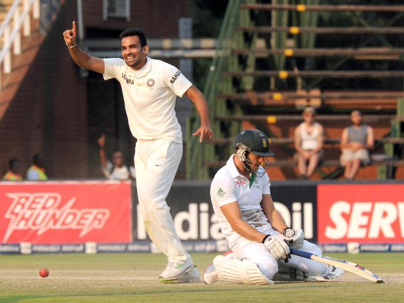 Zaheer Khan (L) celebrates taking the wicket of South African batsman Faf du Plessis who was run out by Ajinkya Rahane on the final day of the first Test at the Wanderers Stadium in Johannesburg. (AFP Photo)
