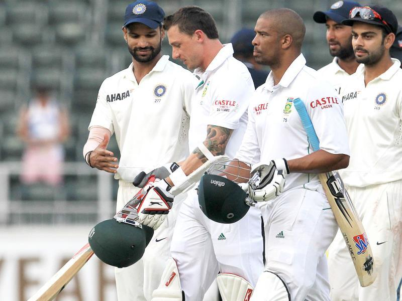 Shikhar Dhawan (L) shakes hand with South Africa's Dale Steyn (2L) at the end of the match on the final day of the first Test at Wanderers Stadium in Johannesburg. (AP Photo)
