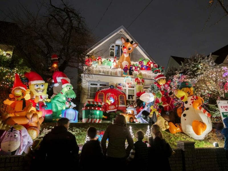 Passerby look at a house in the Dyker Heights neighborhood of Brooklyn lit up with Christmas decorations in New York December 23, 2013. (Reuters Photo)