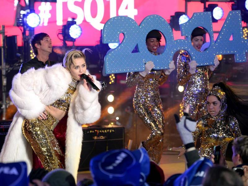 Miley Cyrus performs as thousands of revelers gather in New York's Times Square to celebrate the ball drop at the annual New Year's Eve celebration. (AFP Photo)
