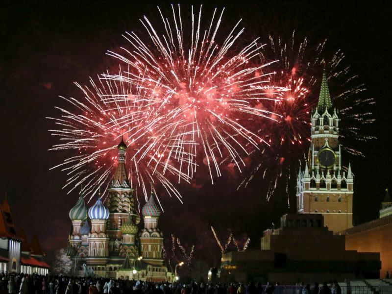 Fireworks explode in the sky during New Year celebrations in Moscow's Red Square. (Reuters Photo)