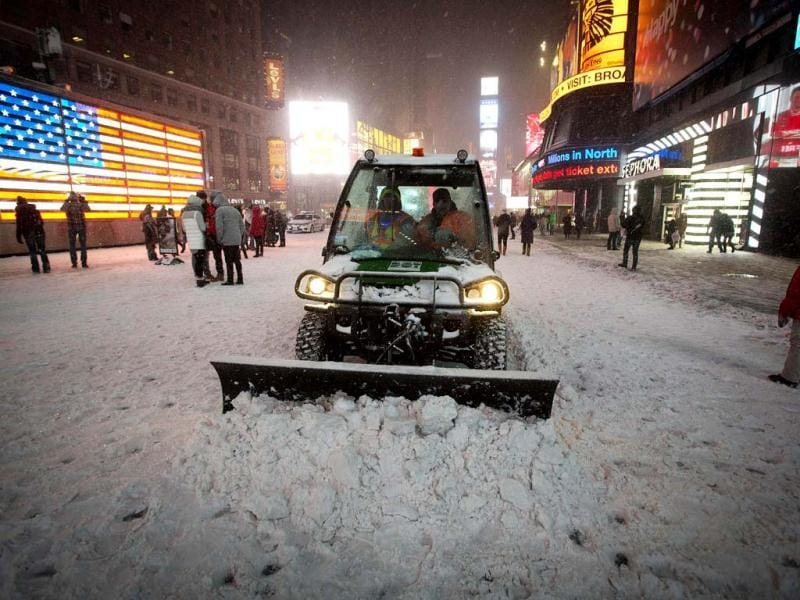 A snow plow pushes snow through Times Square in New York. The governors of New York and New Jersey declared a state of emergency as a major storm, called Hercules, hit the northeastern US bringing heavy snow and cancelling thousands of flights. (Reuters photo)