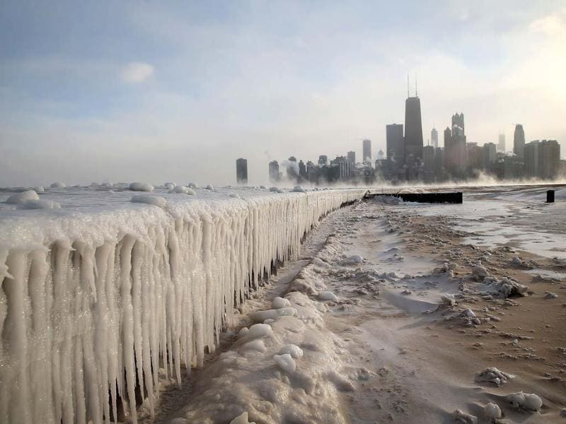 Ice builds up along Lake Michigan at North Avenue Beach as temperatures dipped well below zero in Chicago, Illinois. Chicago hit a record low of -16 degree Fahrenheit this morning as a polar air mass brought the coldest temperatures in about two decades into the city.  (AFP photo)