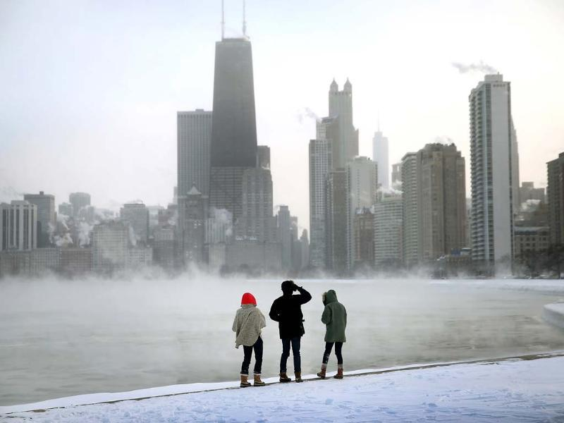 Mist rises from Lake Michigan at North Avenue Beach as temperatures dipped well below zero in Chicago, Illinois. Chicago hit a record low of -16 degree Fahrenheit this morning as a polar air mass brought the coldest temperatures in about two decades into the city. (AFP photo)