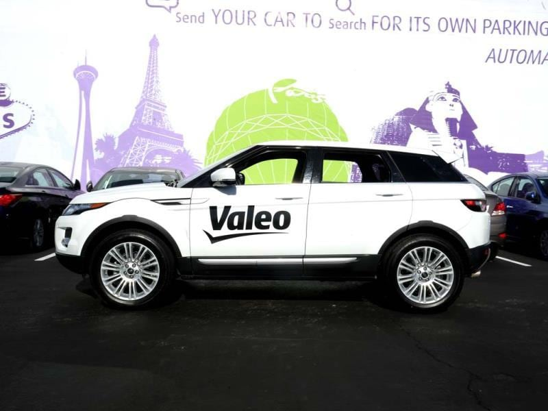 A Range Rover Evoque equipped with Valeo self-parking technology drives slowly through a parking lot as it uses it sensors and cameras to 'look' for a free parking spot during a driverless car demo at the 2014 International CES in Las Vegas, Nevada. (AFP Photo)