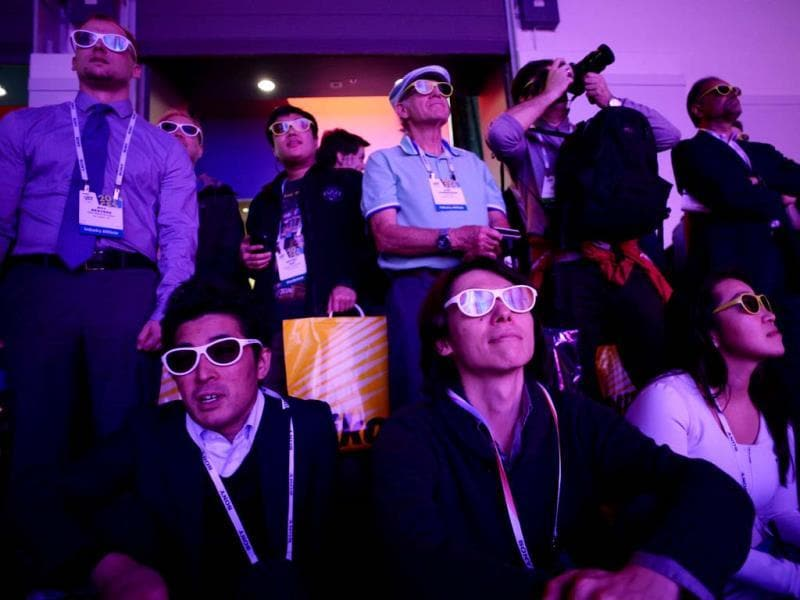 Attendees watch the LG curved 4K 3D Cinema display at the 2014 International CES in Las Vegas, Nevada. (AFP Photo)