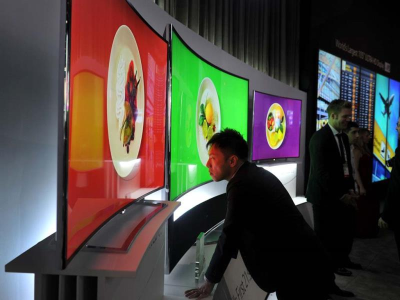 An attendee takes a close look at LG's 105 inch Ultra HD Oled TV, at the 2014 International CES in Las Vegas, Nevada. (AFP Photo)