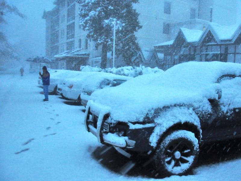 Snow covered vehicles in Shimla. (Santosh Rawat/HT Photo)