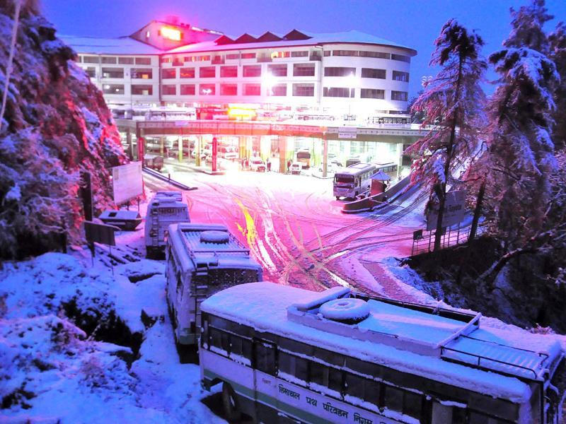 Buses stranded due snow fall near ISBT Tuti Kandi in Shimla. (Santosh Rawat/HT Photo)