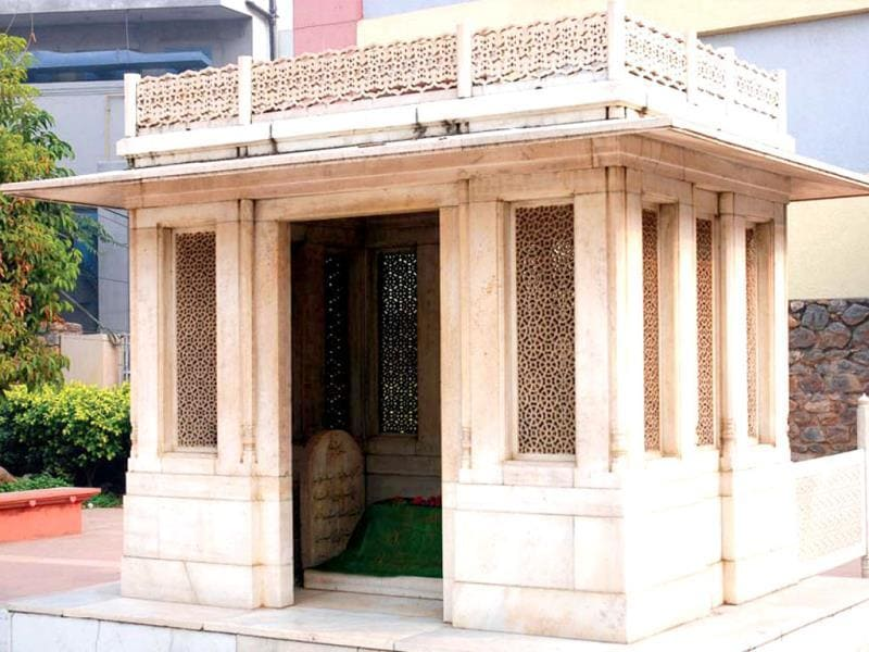 Ghalib's tomb: A marble enclosure houses Ghalib's tomb (he wanted to be buried at Nizamuddin, as he was an ardent follower of Sufi saint Hazrat Nizamuddin Auliya).
